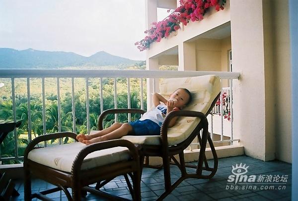 早上在阳台上吃奶看风景