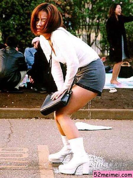 看美女尿湿裤子搞笑无聊图片
