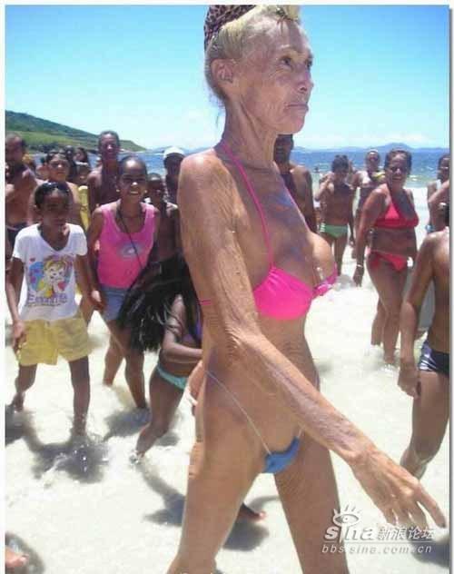 95岁的大妈海边比基尼秀(不知你是笑还是吐?)