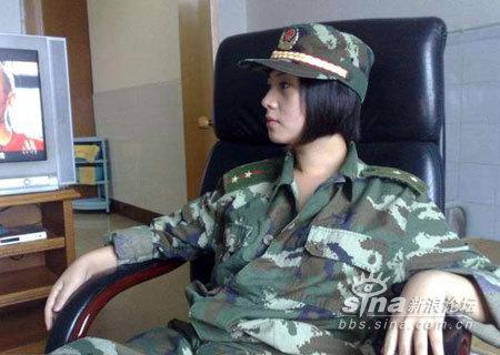 武警部队女军官竟拍这么大胆开放的照片图片