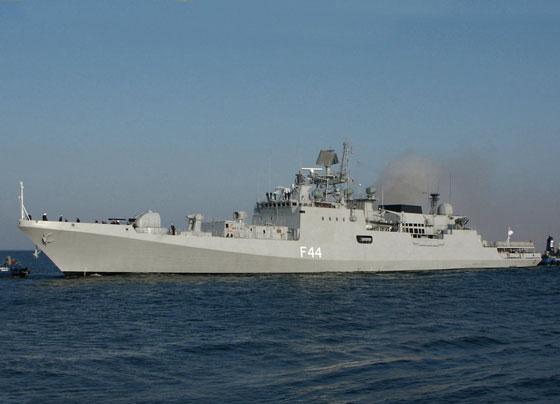 印度 塔巴尔 号战舰击沉索马里海盗船