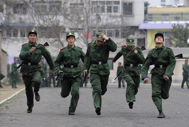 中国驻四川安徽武警部队新兵正在加紧训练图片