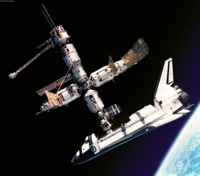 从太空看航天飞机和地球