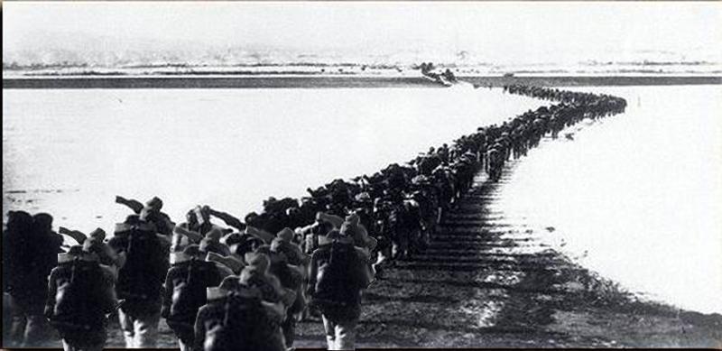 血战长津湖 11月24日,也就是麦克阿瑟的最后攻势发起日,美陆战第一师3个团全部进入长津水库以东地域。美步兵第七师第三十一团也进至元丰里,第十七团则从惠山沿鸭绿江西进,准备与西线联合国军会师。韩军第三师主力进至端川以北的白岩、韩军首都师位于清津。他们哪里知道,在那些白雪皑皑的山头和谷地里,隐蔽集结着15万虎视眈眈的中国军队,正等着一声令下就对他们下手哩!