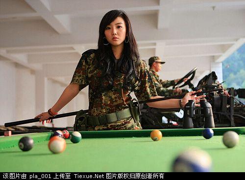 美女到边防部队拍写真,武警战士目不斜视图片