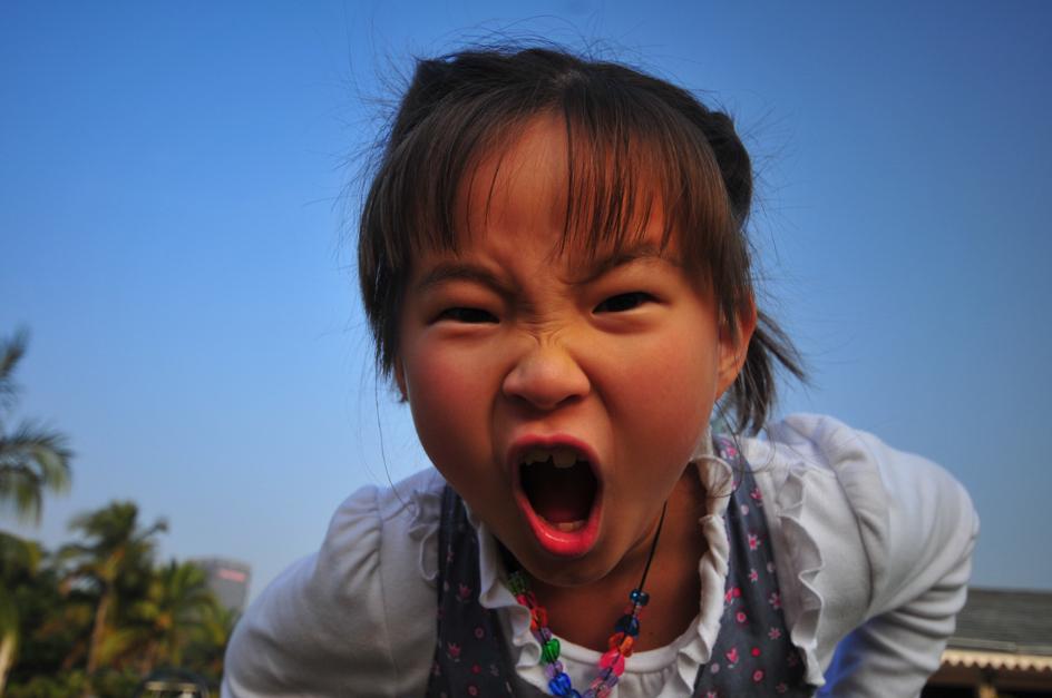 生气的小女孩_人像摄影