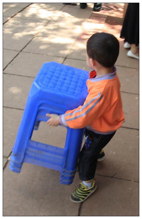 jpg 2010-8-16 22:47  帮妈妈搬凳子的小孩 1568792194_772edc823aa41