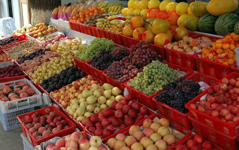 水果摊怎样摆放好看( 一般都把颜色鲜艳的水果,或者当季畅销水果摆在最外面显眼地方。然后同类水果摆在一起,比如说苹果有贵的有...) 水果摊怎样摆放好看( 首先是色彩要搭配好(红绿黄等)第二是大小次序(小的在先大的在后)第三是价格顺序(便宜的在外面,贵的...) 水果地摊怎么摆好看( 焊个铁架子,整块木板放上面,再放上蓬布) 水果摊怎么摆好看( 首先是色彩要搭配好(红绿黄等) 第二是大小次序(小的在先 大的在后) 第三是价格顺序(便宜的在外面.